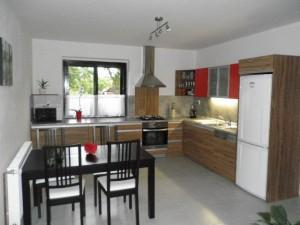 Prostorná kuchyň s výhledem
