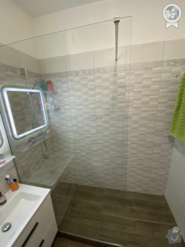 Nová koupelna s prostorným sprchovým koutem typu walk-in