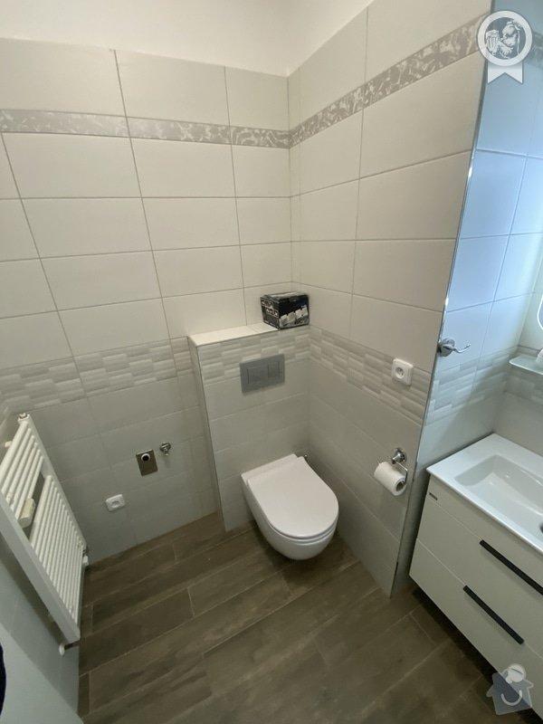 Koupelně vévodí světlé obklady a bílý nábytek