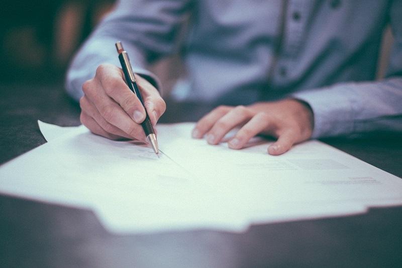Podepsaná smlouva o dílo by neměla chybět u žádné větší zakázky.