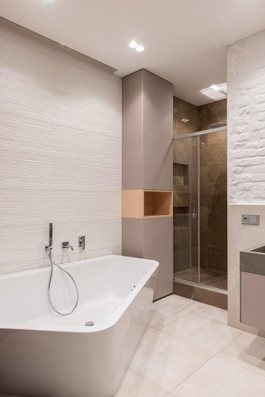 Sprchový kout i vana v jedné koupelně.