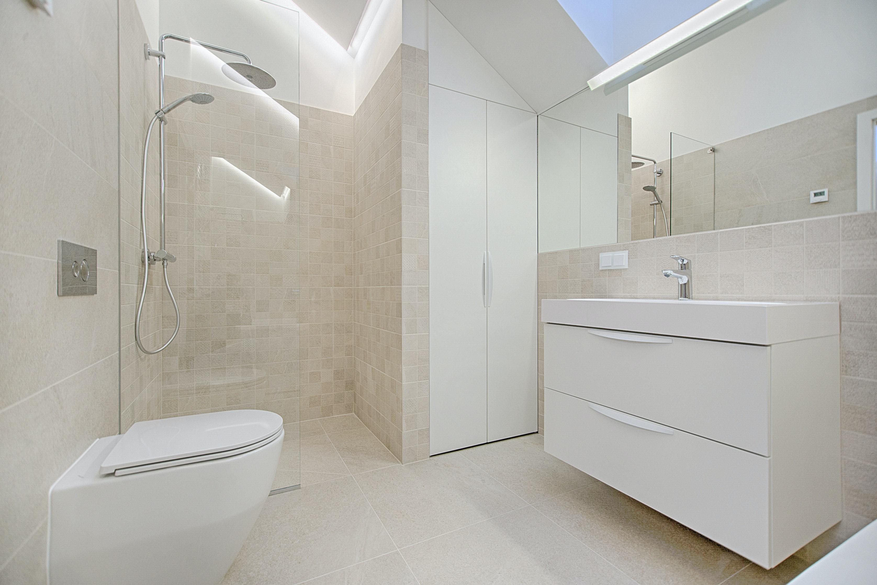 Sprchový kout typu walk-in. Vyžaduje správný sklon odtokového žlabu