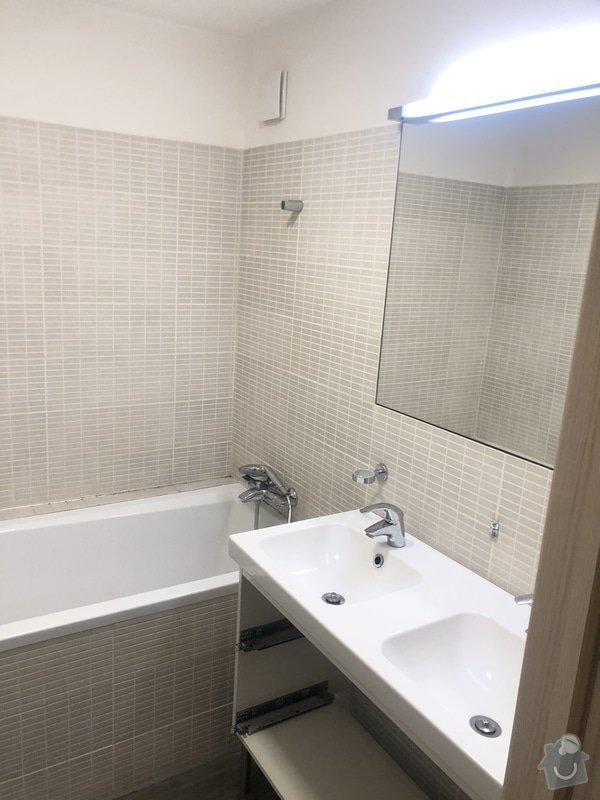 Koupelna před rekonstrukcí s klasickými béžovými obklady.