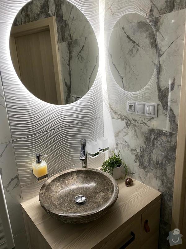 Rekonstrukce koupelnu proměnila v moderní prostor s umyvadlem na desku.