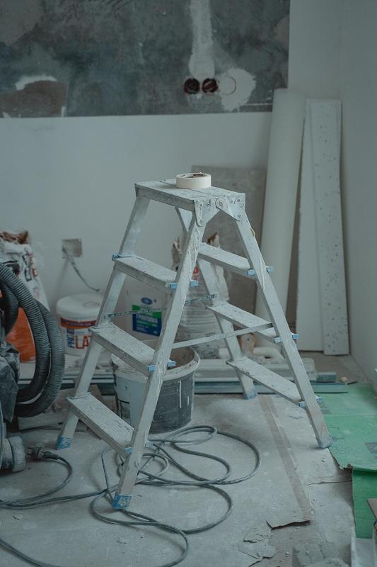 Průběh rekonstrukce bytu: žebřík, barvy a další nářadí a materiál.