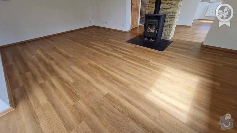 Vinylová podlaha v místnosti s krbem.