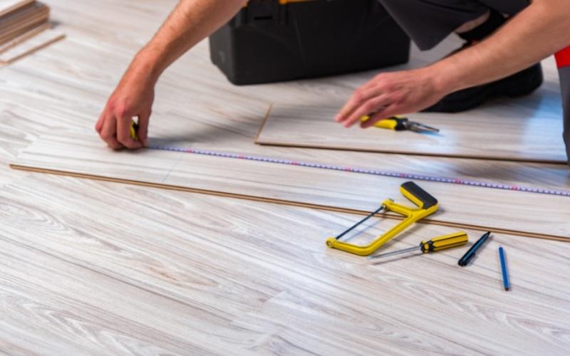 Pokládání laminátové podlahy.